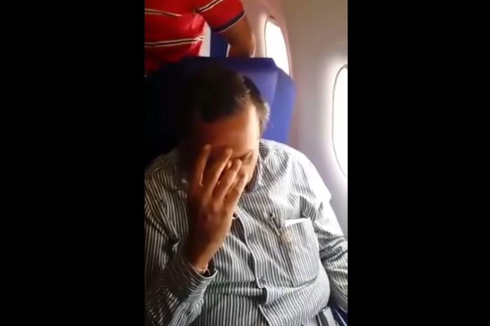 (VIDEO) SVAKA ČAST, DEVOJKO: Evo kako je javno obrukala matorca koji ju je pipkao u avionu!