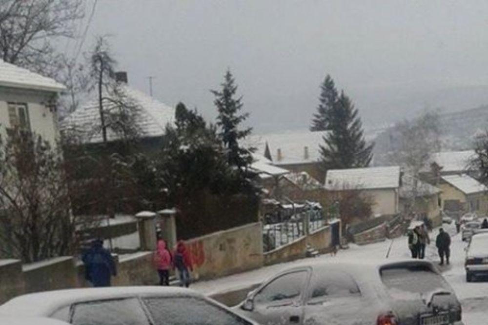 KARAMBOL U ALEKSNICU: Lančani sudar šest vozila zbog leda na putu