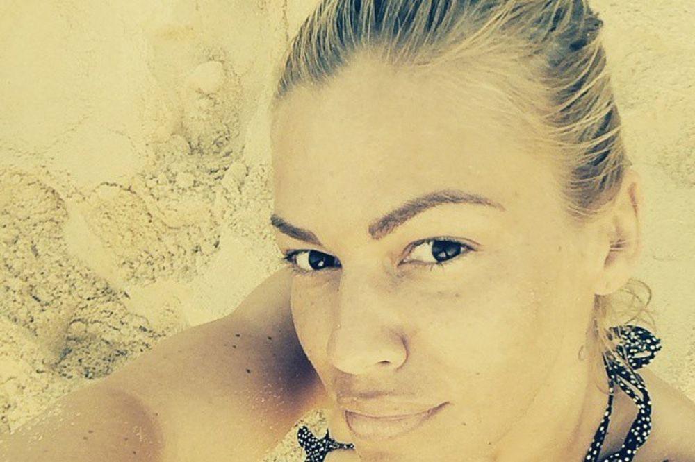 SEKSI SELFI: Nataša Bekvalac pokazala bujni dekolte i lice bez šminke
