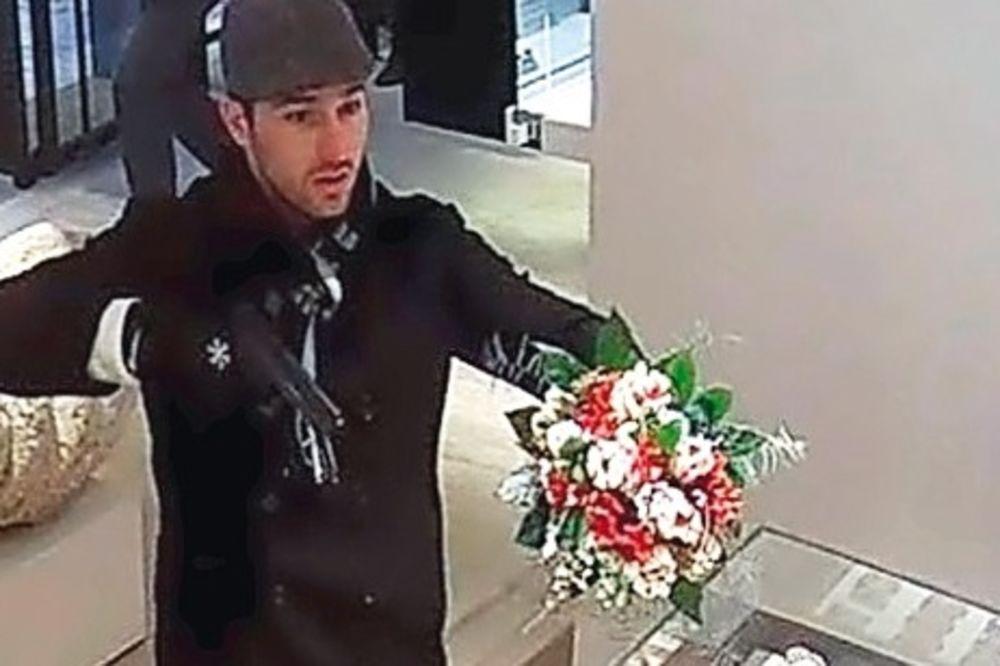 PINK PANTER OPET U AKCIJI: Ostavio im buket ruža i odneo sav nakit!