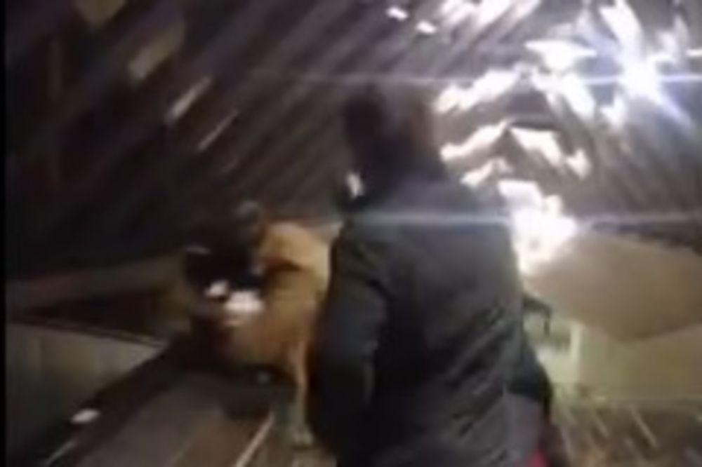 (VIDEO 18 +) ŽESTOK SEKS U PODZEMNOJ: Dohvatili se na stepenicama dok je žena držala dete na grudima