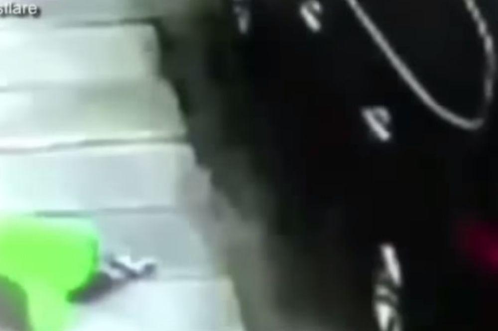 (VIDEO) SREĆA U NESREĆI: Kamera zabeležila pad trogodišnjeg dečaka sa zgrade