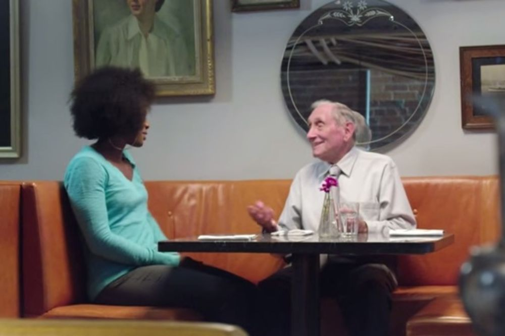(VIDEO) OVAKO MUVA STARI ŠMEKER: Pogledajte kako dekica od 89 godina startuje devojke