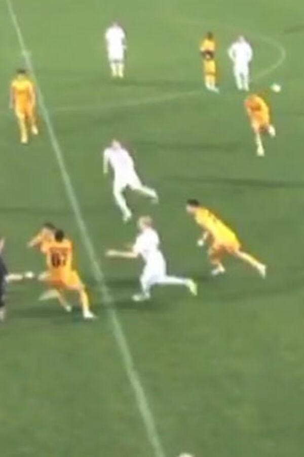 (VIDEO) RAZJARENI BIK: Ruski fudbaler dobio crveni karton, a onda je hteo da bije sve redom....