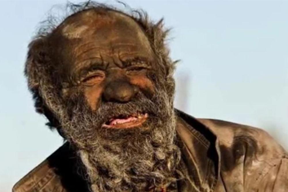(VIDEO) POTUKAO SVETSKI REKORD: 60 godina nije se okupao i neviđeno smrdi!