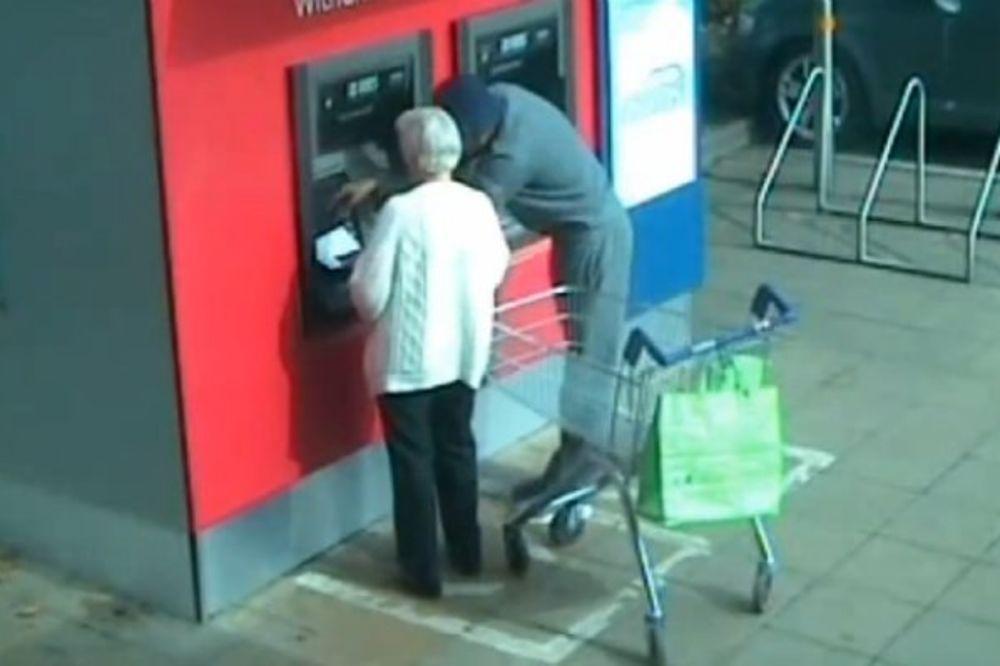 (FOTO i VIDEO) SNIMAK NADZORNE KAMERE Pazite ko vam prilazi na bankomatu!