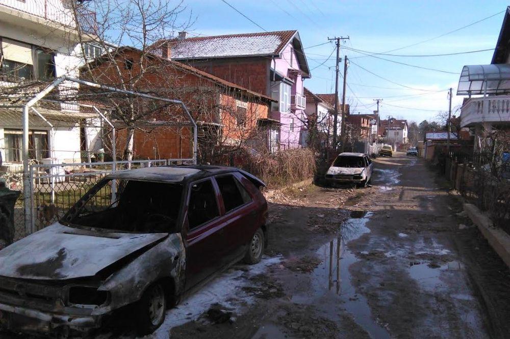 POŽAR U PROKUPLJU: Na ulici izgorela tri automobila