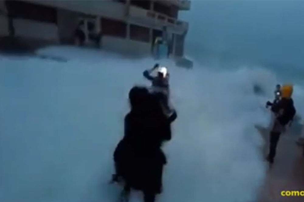 Novinarka pada u vodu (Foto: Printscreen YouTube)