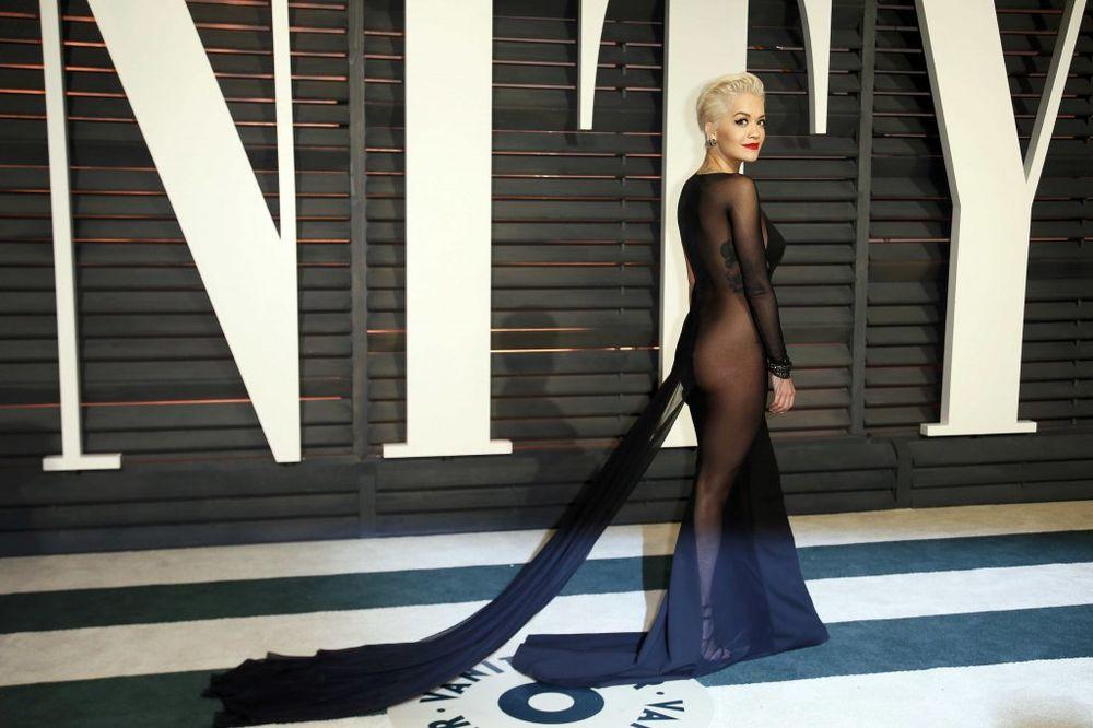 SMETA JOJ ODEĆA: Rita Ora potpuno gola!