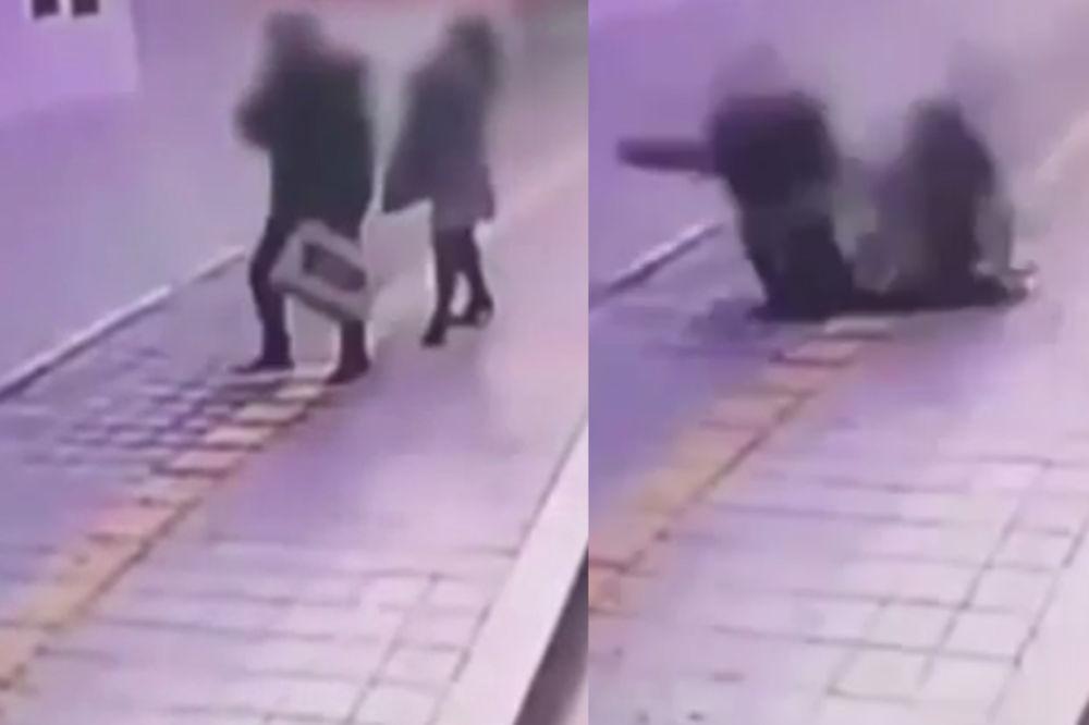 (VIDEO) KAKAV UŽAS ŠTA IH JE SNAŠLO! Izašli iz autobusa i bukvalno propali kroz trotoar!