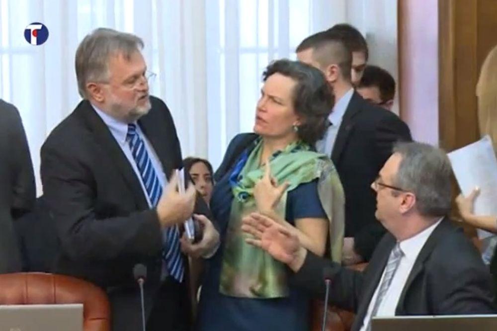 VIDEO OVO STE ŽELELI DA ZNATE: Šta ministri rade i s kim se druže pre nego što Vučić uđe u salu!
