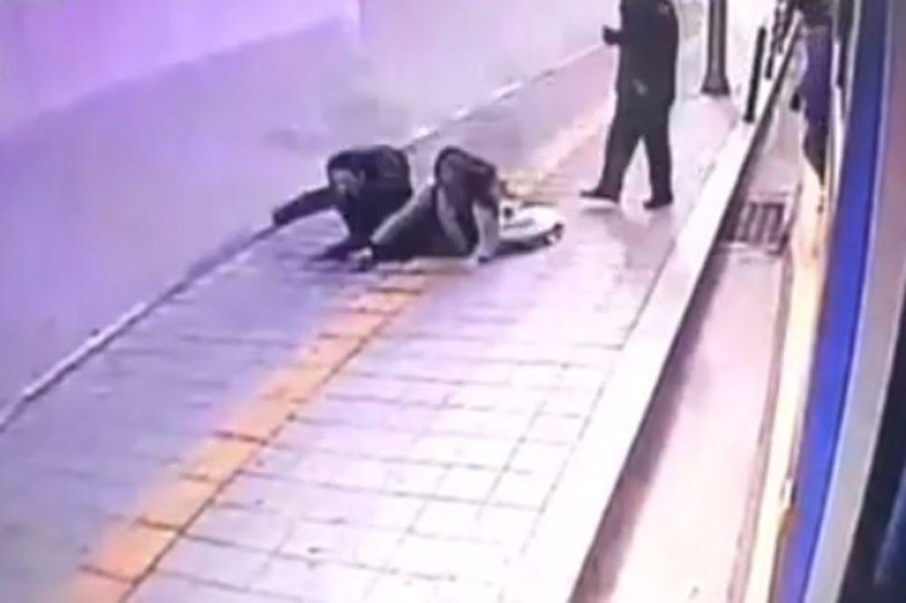 (VIDEO) OTVORILA SE ZEMLJA: Pogledajte kako rupa guta ljude nasred ulice!