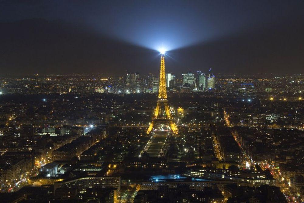 (VIDEO) MISTERIJA NA FRANCUSKOM NEBU: 5 dronova i noćas krstarilo iznad Pariza