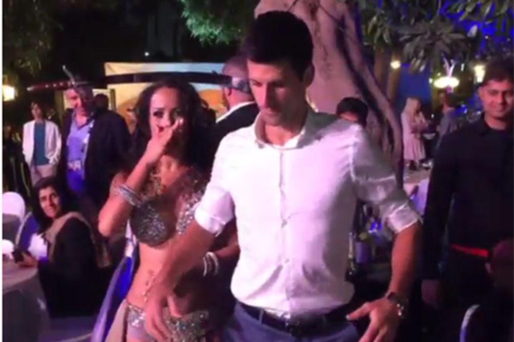 Novak oduševio trbušnim plesom. Pogledajte kako mješa sa trbušnom plesačicom!