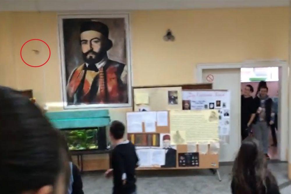 (VIDEO) VRISKA I POMETNJA U NIŠKOJ GIMNAZIJI: Slepi miš uleteo među đake i napravio lom!