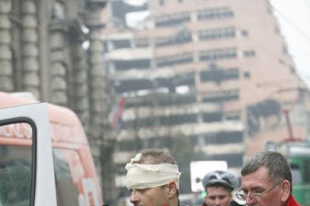 (FOTO) KARAMBOL KOD VLADE: Minibus udario u banderu, povređeno 7 putnika!