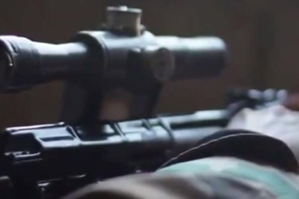 (UZNEMIRUJUĆI SNIMAK) SNAJPERISTA SEJE SMRT: ISIS se na Jutjubu hvali svojim krvnikom!