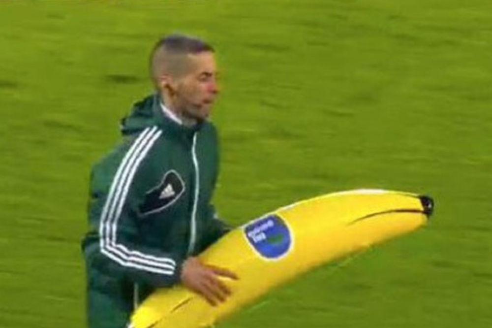 (VIDEO) RASIZAM U HOLANDIJI: Navijači Fejenorda bananama gađali igrača Rome