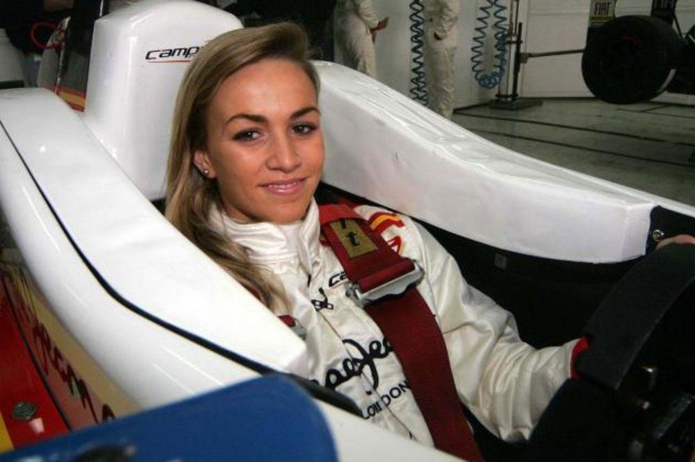 (VIDEO) KAD KARMEN SEDNE ZA VOLAN: Upoznajte devojku zbog koje će svi gledati F1