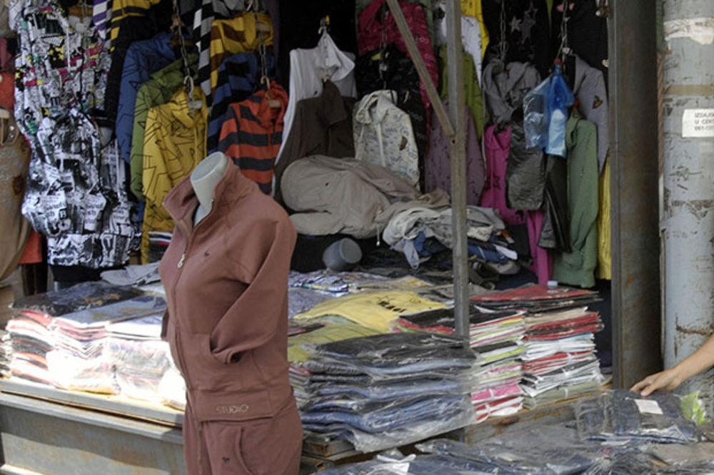 OSTASMO GOLI: Zaplenjena odeća na pančevačkom buvljaku