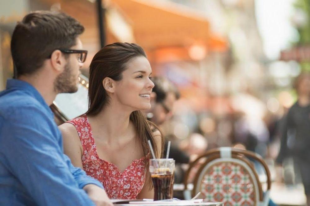 20 gestova kojima muškarac pokazuje da mu se (ne) sviđate