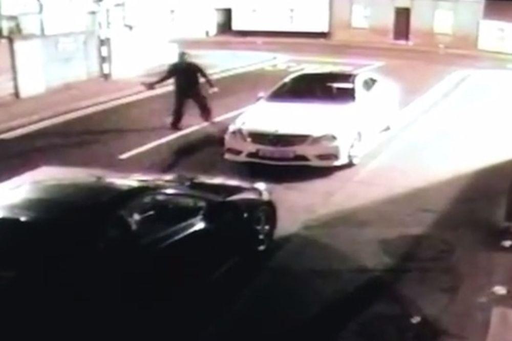 (VIDEO) OBILO MU SE O GLAVU: Ovo je najsmešniji pokušaj krađe automobila ikada!