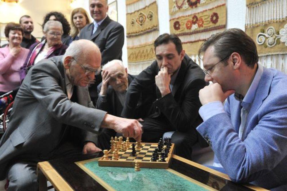 REMIZIRAO SA PREMIJEROM: Deka Milan (95) igrao šah sa Vučićem!
