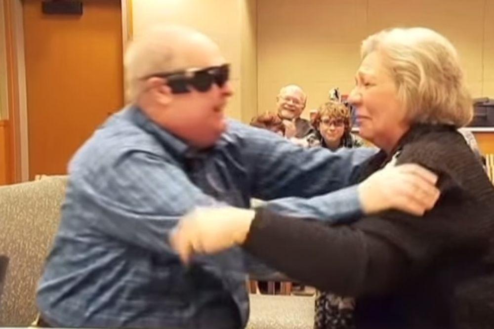 (VIDEO) DIRLJIVO: Slep čovek posle 10 godina ugledao svoju ženu!