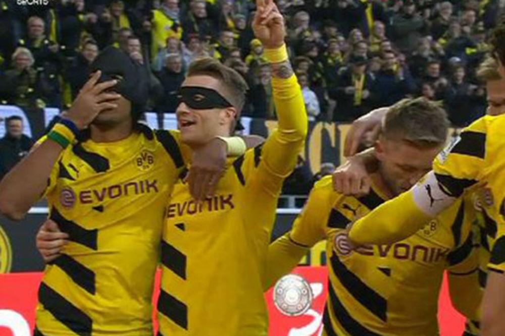 (VIDEO) NESVAKIDAŠNJE: Betmen i Robin na utakmici Borusije i Šalke u Dortmundu
