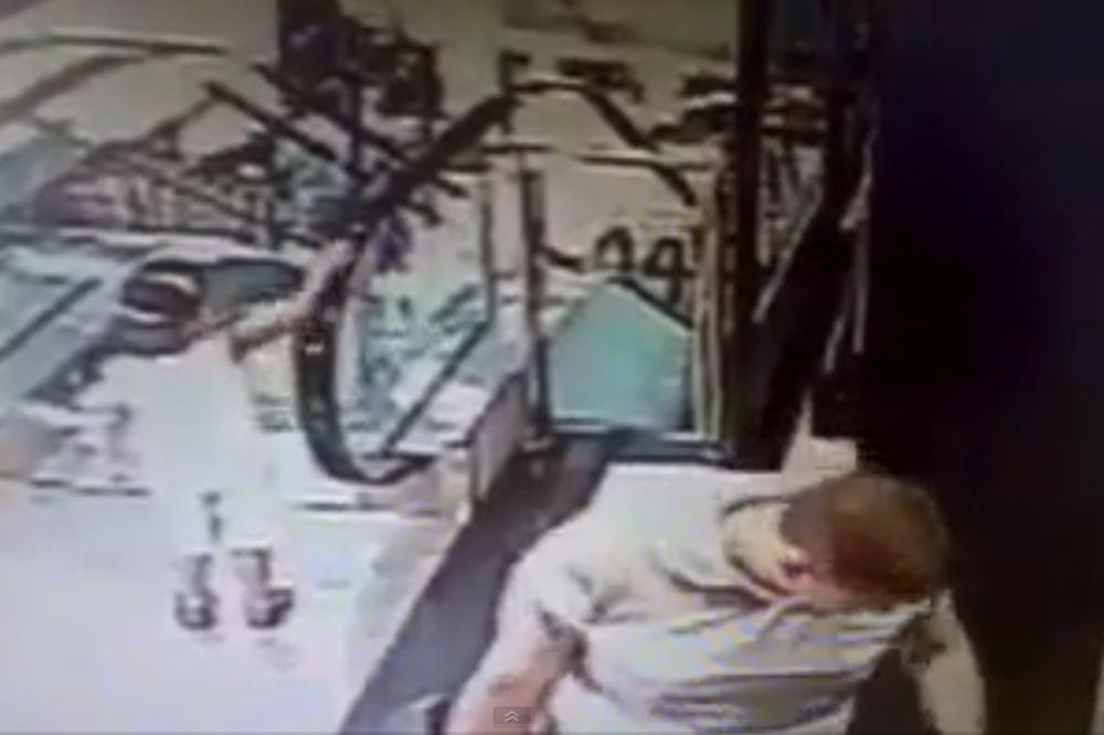 (VIDEO) Na minut je zaboravio sina, a ono što se desilo je zastrašujuće