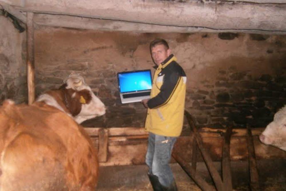 KONEKTOVAN I U ŠTALI: Na selu nema žvota bez interneta!