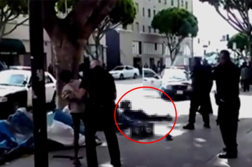 (UZNEMIRUJUĆI VIDEO) PROLAZNIK IH SNIMIO: Američki policajci ubili beskućnika usred bela dana!