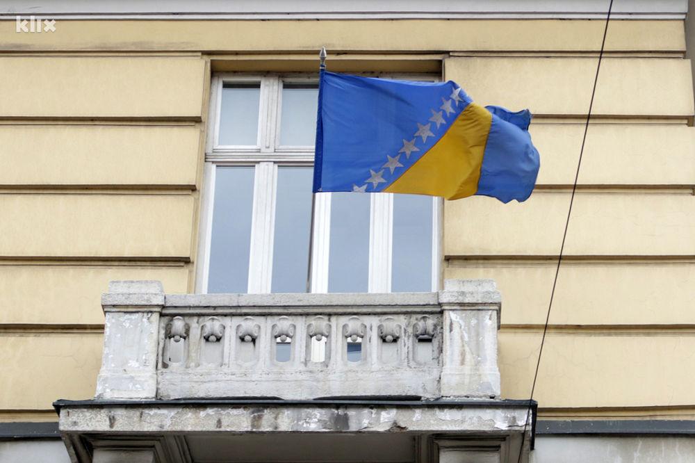 KAKO SE KOME ĆEFNE: Zastava BiH uglavnom visi naopačke