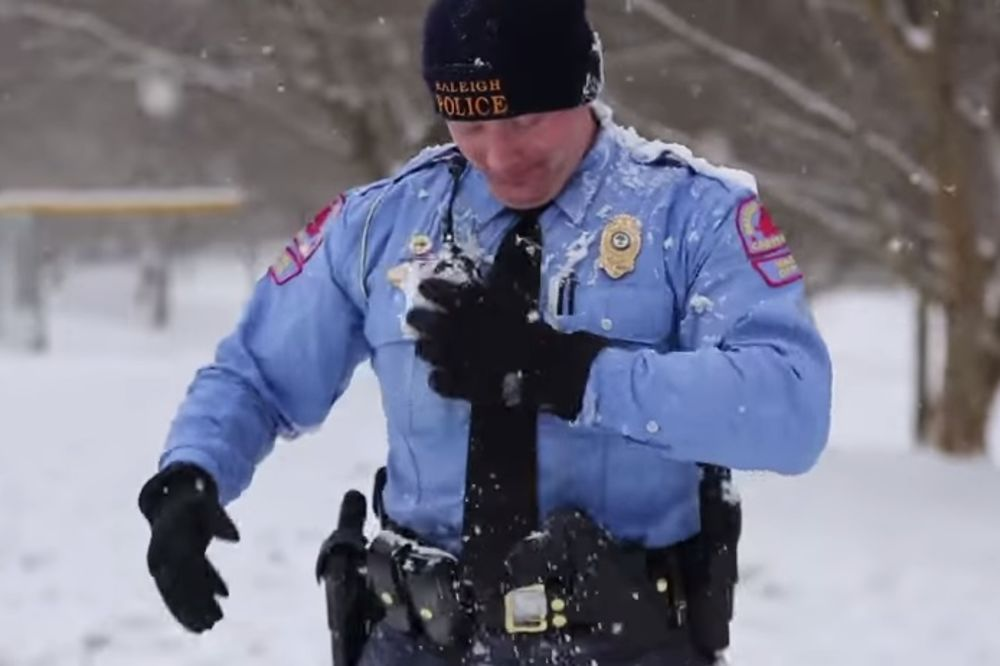 (VIDEO) Devojčica je pogodila policajca u glavu grudvom. Pogledajte kako je on reagovao