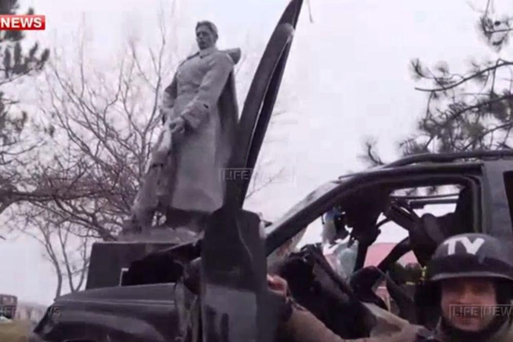 SMRT VOĐE AZOVA Komandir ukrajinskih nacista se zakucao u spomenik Crvenoj armiji i poginuo na mestu