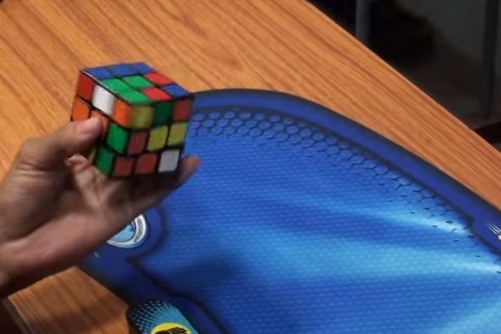 (VIDEO) GENIJALAC: 5 Rubikovih kocki složio za minut i 23 sekunde, jednom rukom!