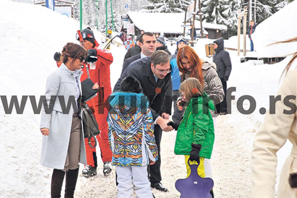 SUSRET U TRENDU: Vučić se rukovao sa ćerkom Snežane Dakić, a nju poljubio!