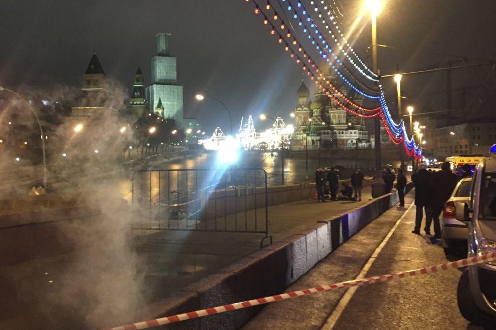ISTRAGA ATENTATA NA NEMCOVA: Beli ford samo prošao preko mosta i to kad je policija već došla