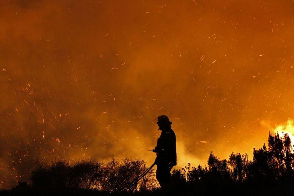 (FOTO + VIDEO) OVO JE ŽIVI PAKAO NA ZEMLJI: Pogledajte kako vatra guta sve pred sobom u Kejptaunu!