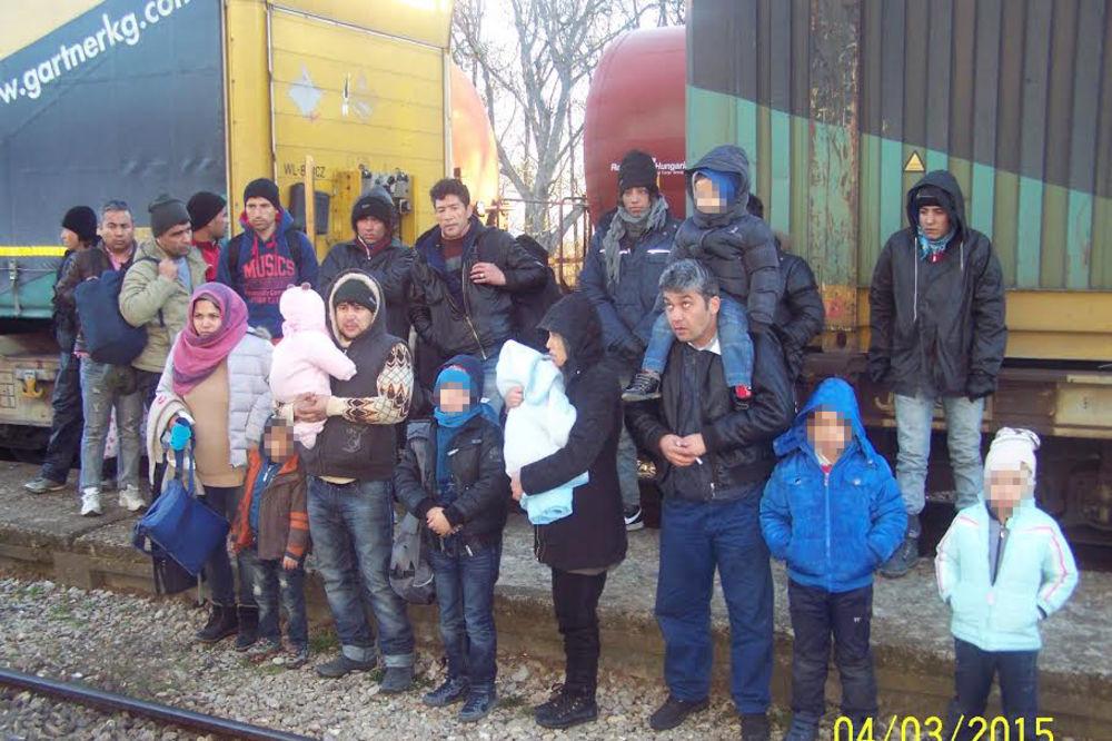 (FOTO) PREŠEVO: U vozu otkrivena 22 emigranta, među njima 7 dece