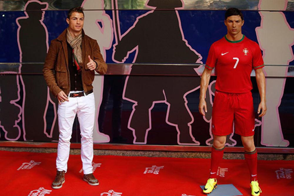 BAŠ GA PRETERA: Ronaldo jednom mesečno šalje frizera da češlja statuu u muzeju