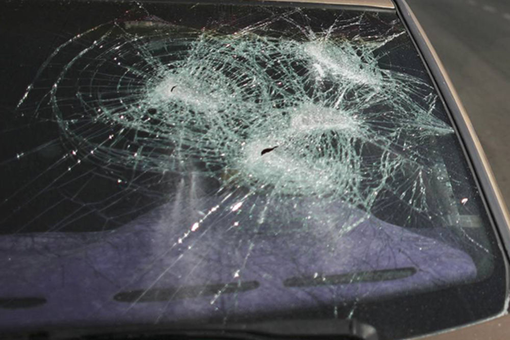 DIVLJANJE U ALEKSINCU: Redom lomili šoferke na parkiranim automobilima
