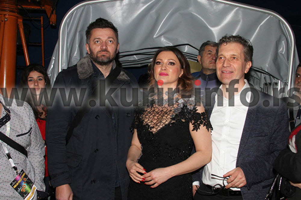 (FOTO) IZAZVALA VELIKU PAŽNJU: Nina Badrić se na Oskaru pojavila u društvu dva muškarca