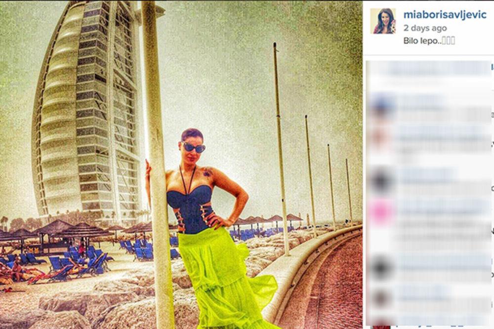 I ARAPIMA POKAZALA GRUDI: Mia sa seksi dekolteom šetala Dubaijem!