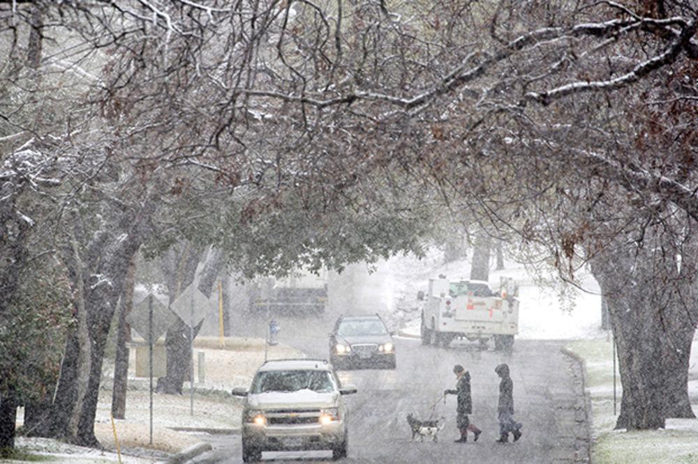 (VIDEO) LEDENO DOBA: Snežna oluja paralisala Ameriku od Teksasa do Nove Engleske
