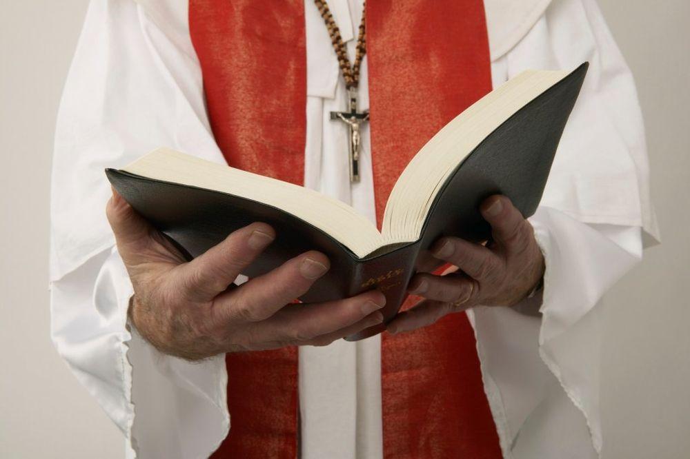 ZVALI SU GA PADRE: Lažni sveštenik godinama služio mise i opraštao grehe vernicima