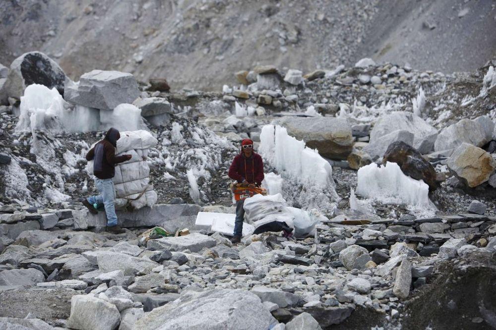 Dosad su nosači skupljali smeće i odnosili ga (Foto: Reuters)
