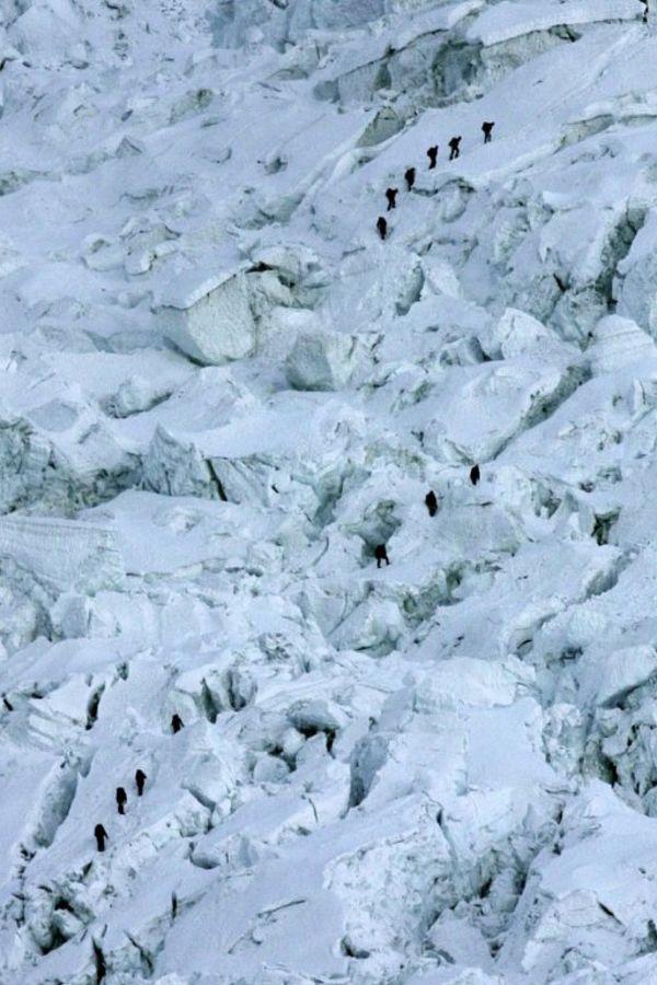 Uz planinu je nemoguće nositi pokretni toalet, nužda se vrši usput, u rupama u snegu - i tu i ostaje (Foto: AP)