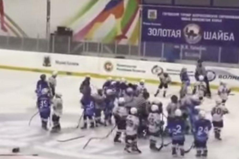 (VIDEO) DEČAČKO ŠIBANJE: Pogledajte tuču osmogodišnjih hokejaša