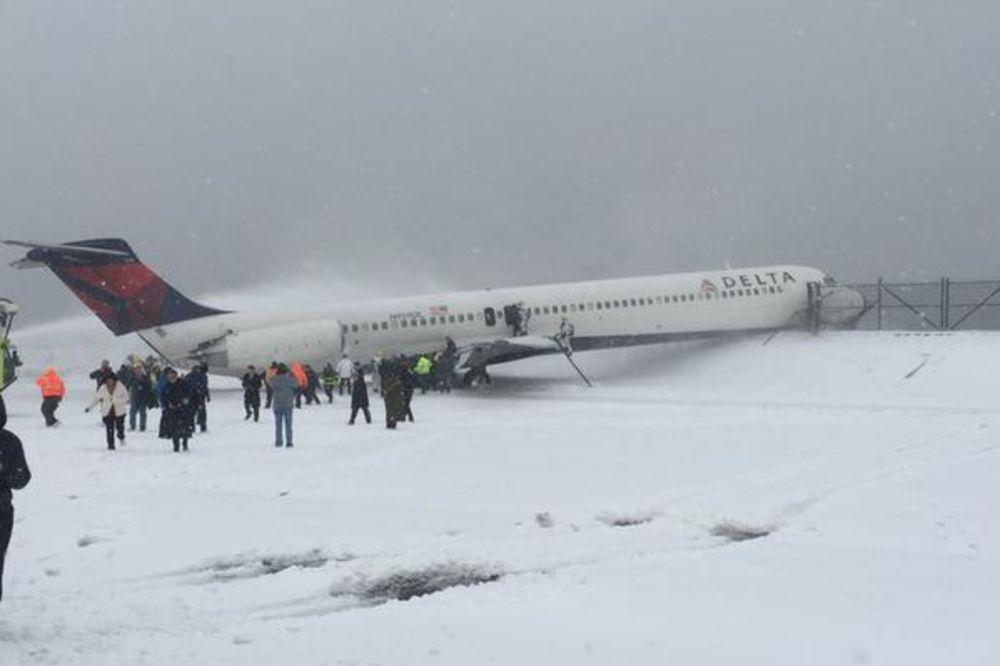 (VIDEO) TVRDO SLETANJE: Avion sa 125 putnika probio ogradu i oštetio krilo!